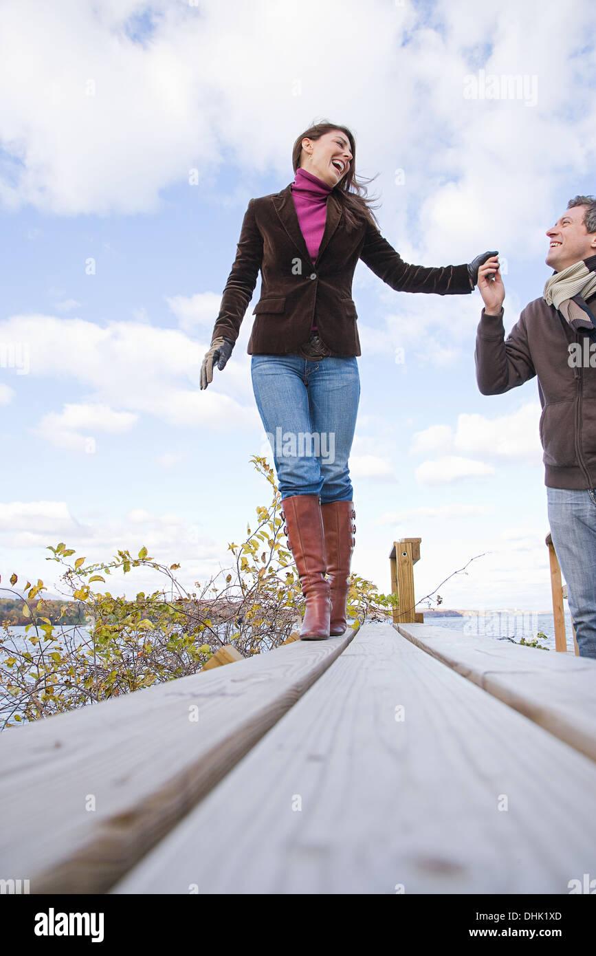 Un couple holding hands Photo Stock