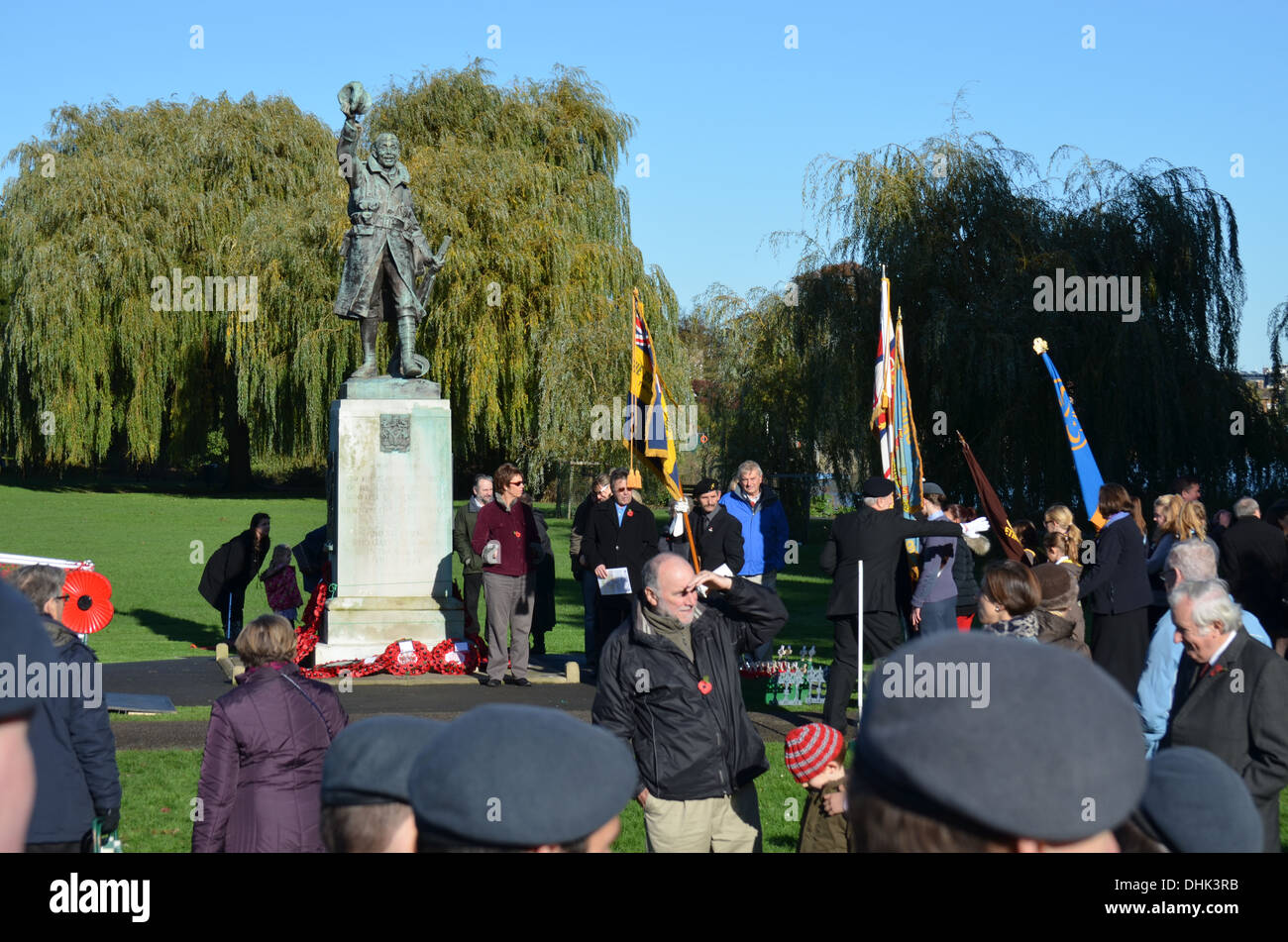 RemembranceSundayat WarMemorial Twickenham comme tout au long de l'theUK deux minutes de silence les bandes Play(Lecture) : pour honorer les morts de wws 2 Photo Stock