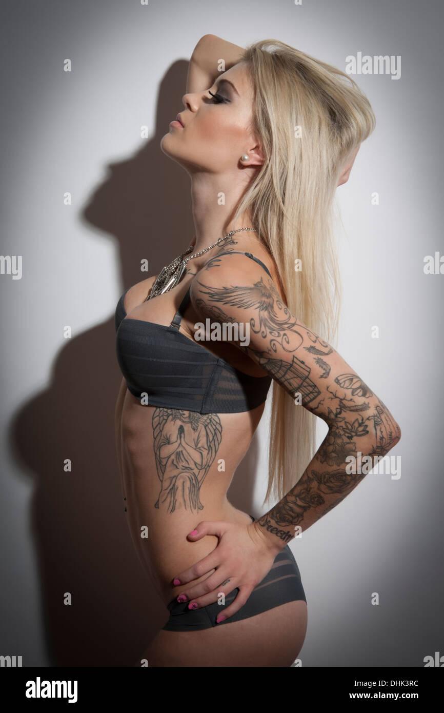 Femme Sexy En Lingerie Du Tatouage Avec Photo Stock Alamy