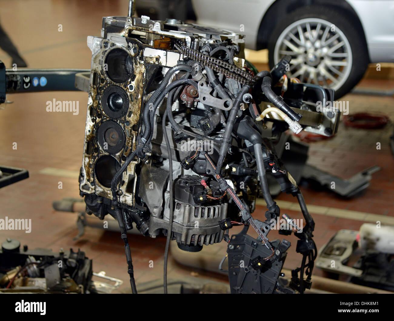 d pouill bmw n47 moteur diesel dans un atelier garage banque d 39 images photo stock 62504177. Black Bedroom Furniture Sets. Home Design Ideas