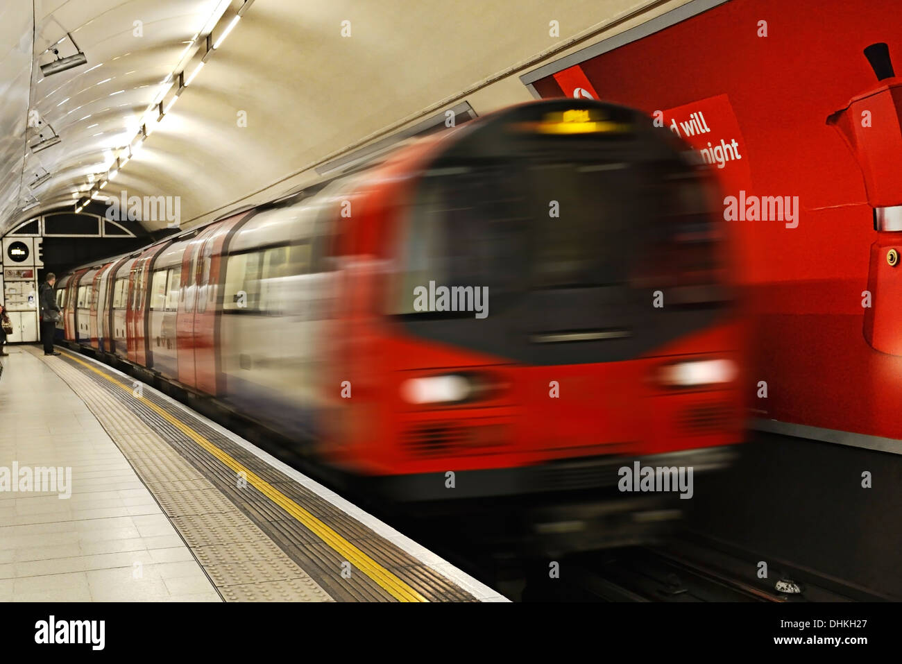 Métro de Londres Train tirant dans une gare, Charing Cross, Londres, Royaume-Uni. Photo Stock