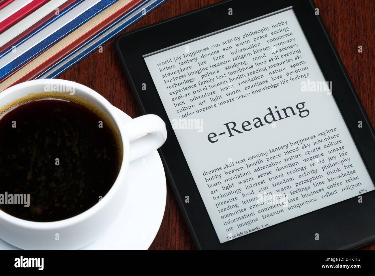 E-Reader et de café sur une table Photo Stock
