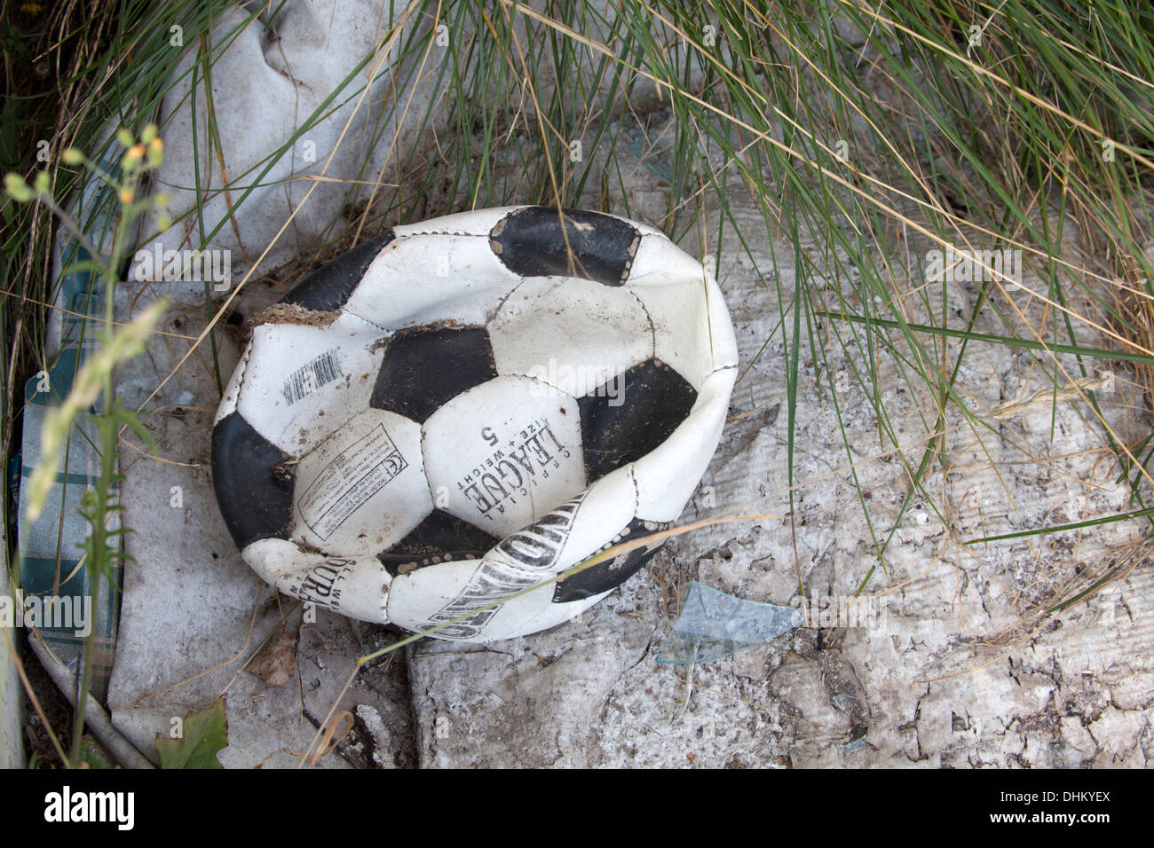 Ballon de foot dégonflé jetés. Zawady Centre de la Pologne Photo Stock