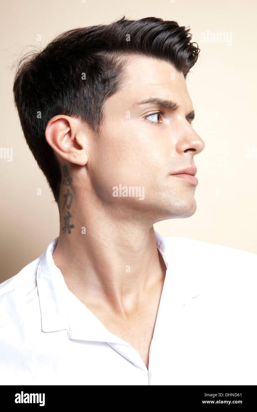 homme avec tatouage sur le cou banque d'images, photo stock