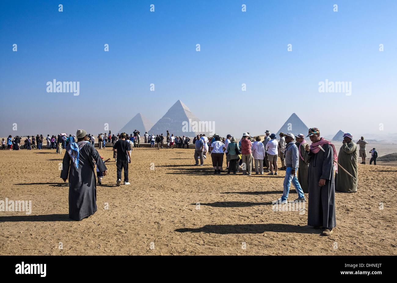 L'Afrique, l'Egypte, les touristes dans le site archéologique de Gizeh Photo Stock