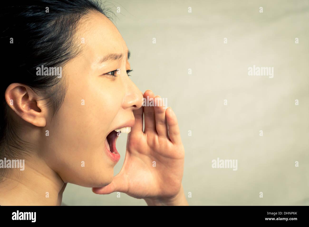 Jeune femme crier, avec ton mode et l'arrière-plan Photo Stock