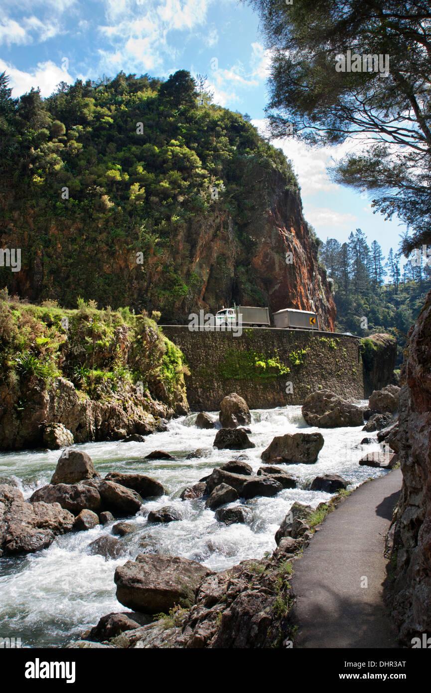 La route et la rivière Ohinemuri dans la Gorge de Karangahake, tournant entre Waihi et Paeroa, péninsule de Coromandel, en Nouvelle-Zélande. Photo Stock