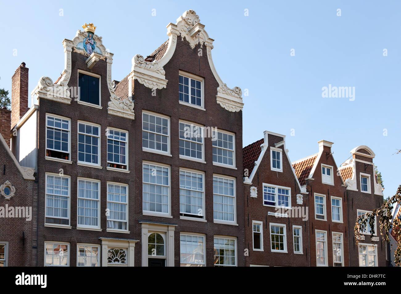 Rangée de maisons dans le Begijnhof à Amsterdam, Pays-Bas Photo Stock