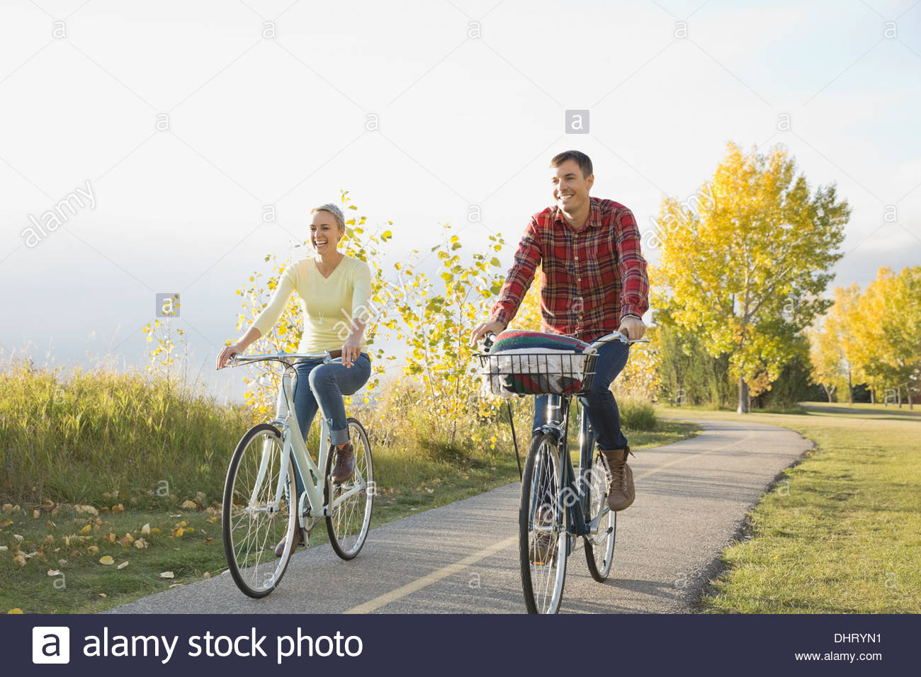 Heureux couple cycling on country road Photo Stock