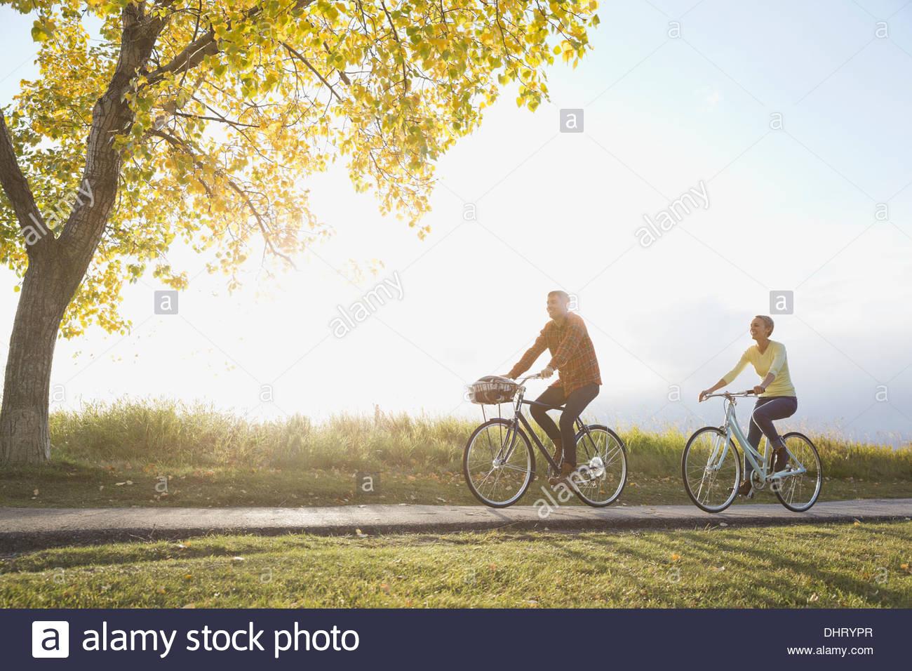 Cyclisme sur route de campagne Couple Photo Stock