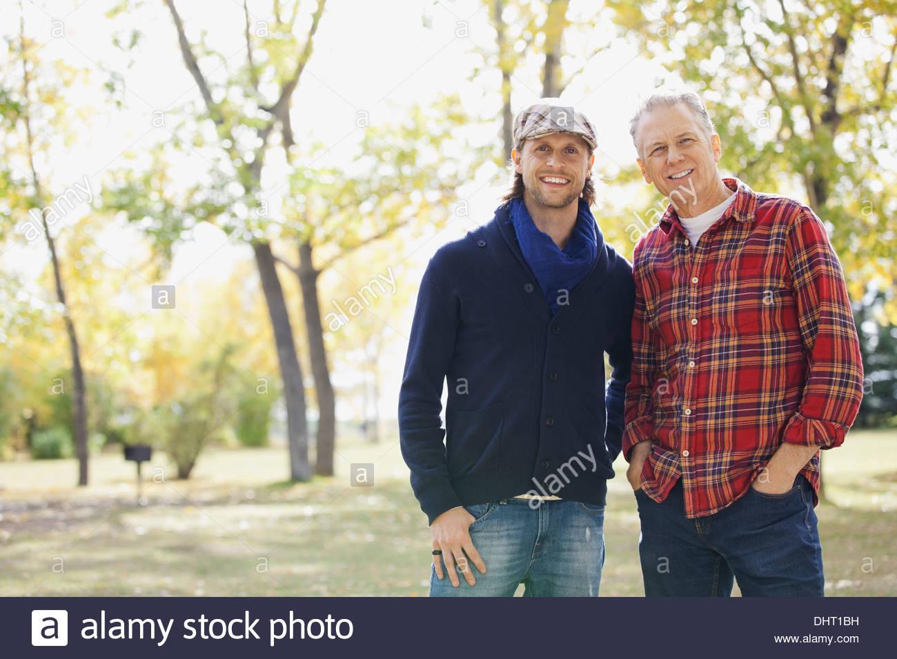 Portrait of happy Mid adult man avec le père au parc au cours de l'automne Photo Stock