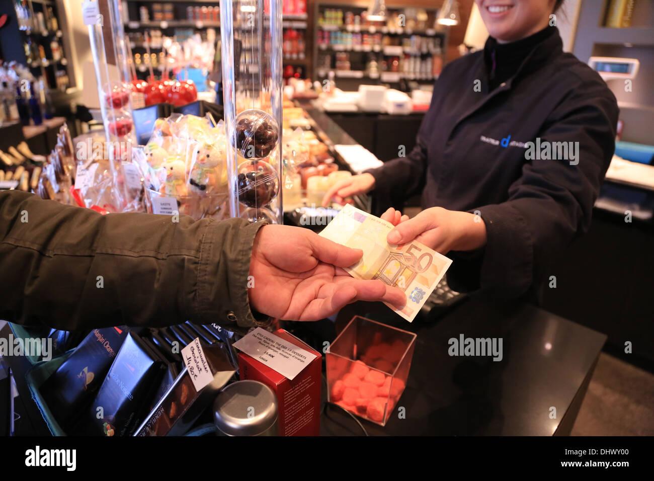 Payer vos achats en espèces. Photo Stock