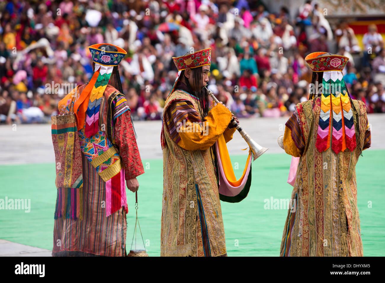 Le Bhoutan, Thimphu Tsechu annuel Dzong, moine, musiciens en tenue de cérémonie Photo Stock