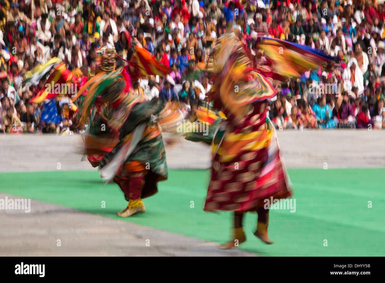Le Bhoutan, Thimphu Dzong, Tsechu annuel, la danse des trois sortes de Ging, danseurs floue Photo Stock