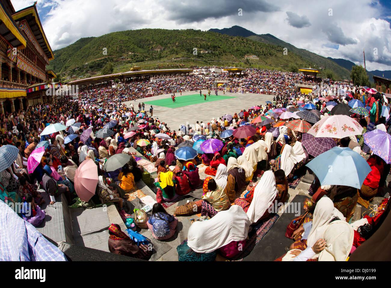Le Bhoutan, Thimphu Dzong, Tsechu festival annuel, à l'abri de l'auditoire de sun sous les parasols Photo Stock