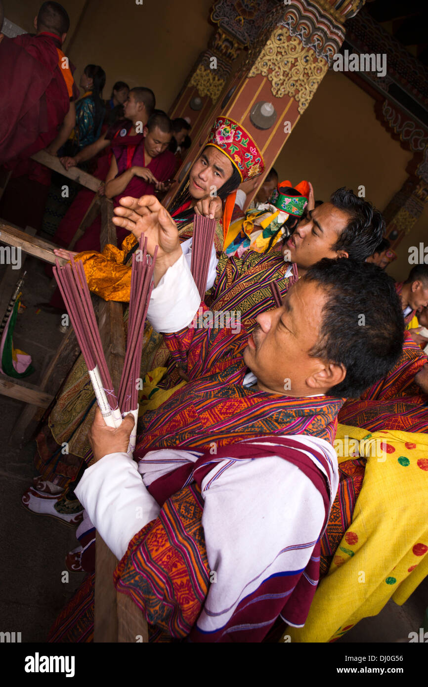Le Bhoutan, Thimphu Dzong, Tsechu annuel, d'hommes occupant d'encens de cérémonie Photo Stock