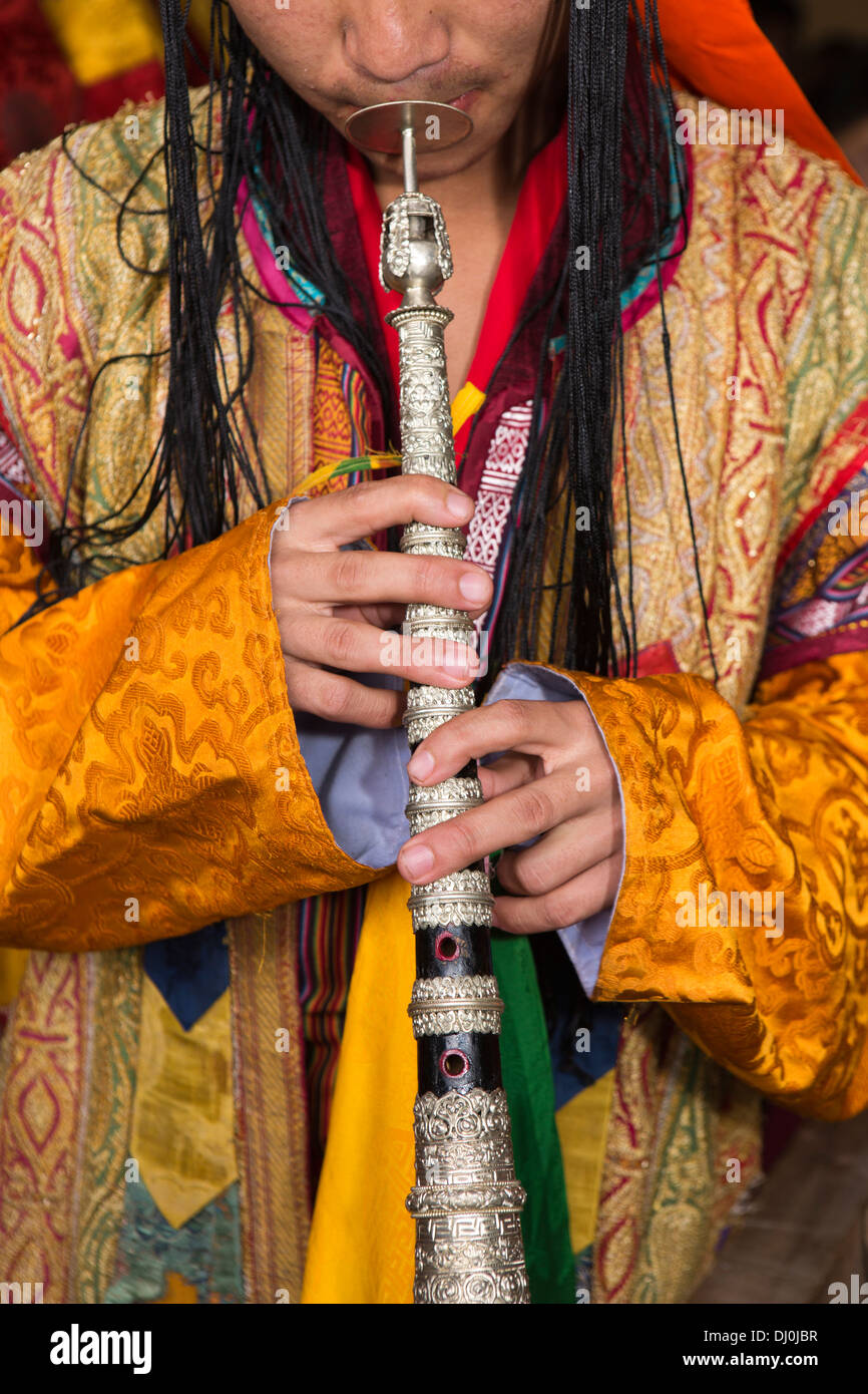Le Bhoutan, Thimphu Dzong, moine, Tsechu annuel musician playing kang-dung temple trompette Photo Stock