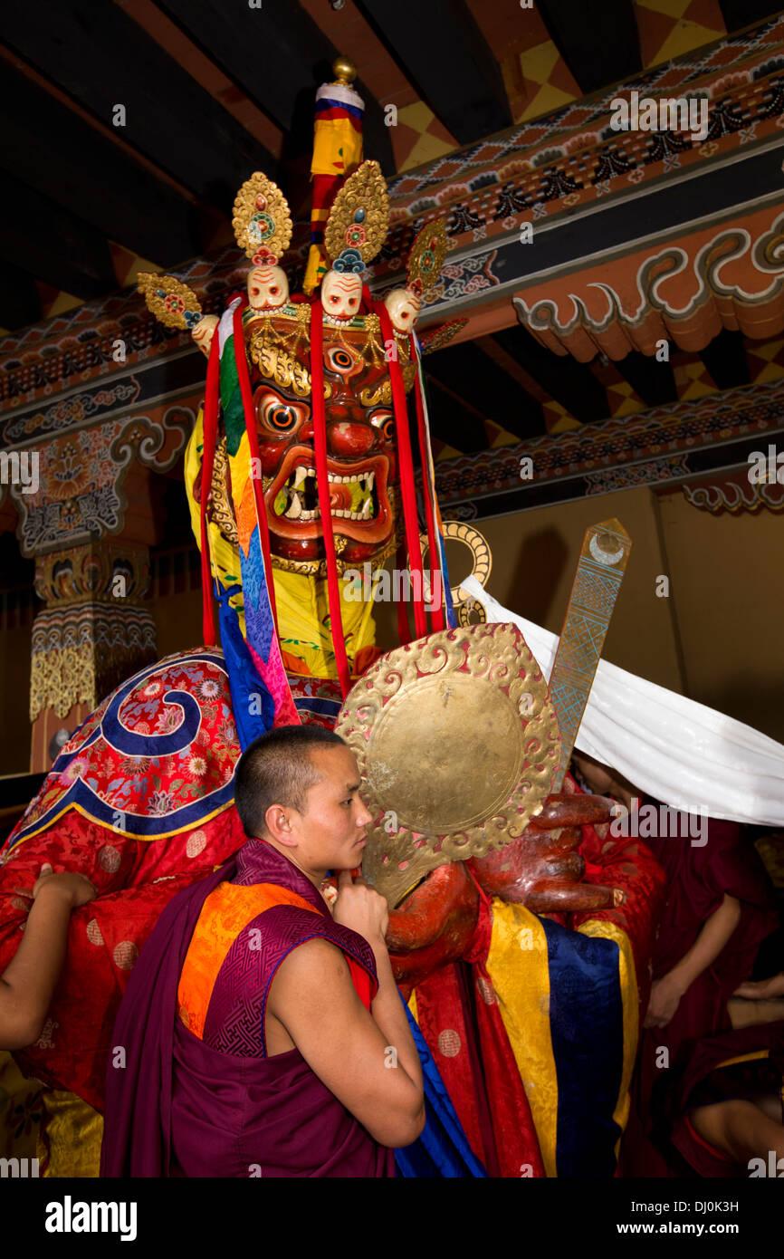 Le Bhoutan, Thimphu Dzong, Tsechu annuel, les Moines préparent Shinje Chhogyel le seigneur de la mort Photo Stock