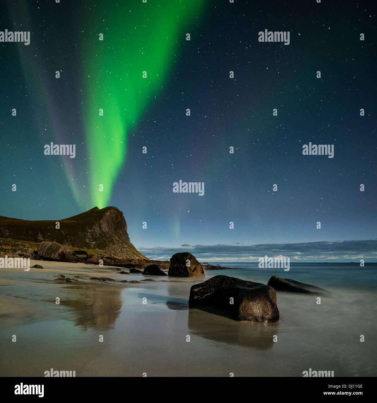 Northern Lights remplir ciel au-dessus de la plage de Myrland, Flakstadoy, îles Lofoten, Norvège Photo Stock
