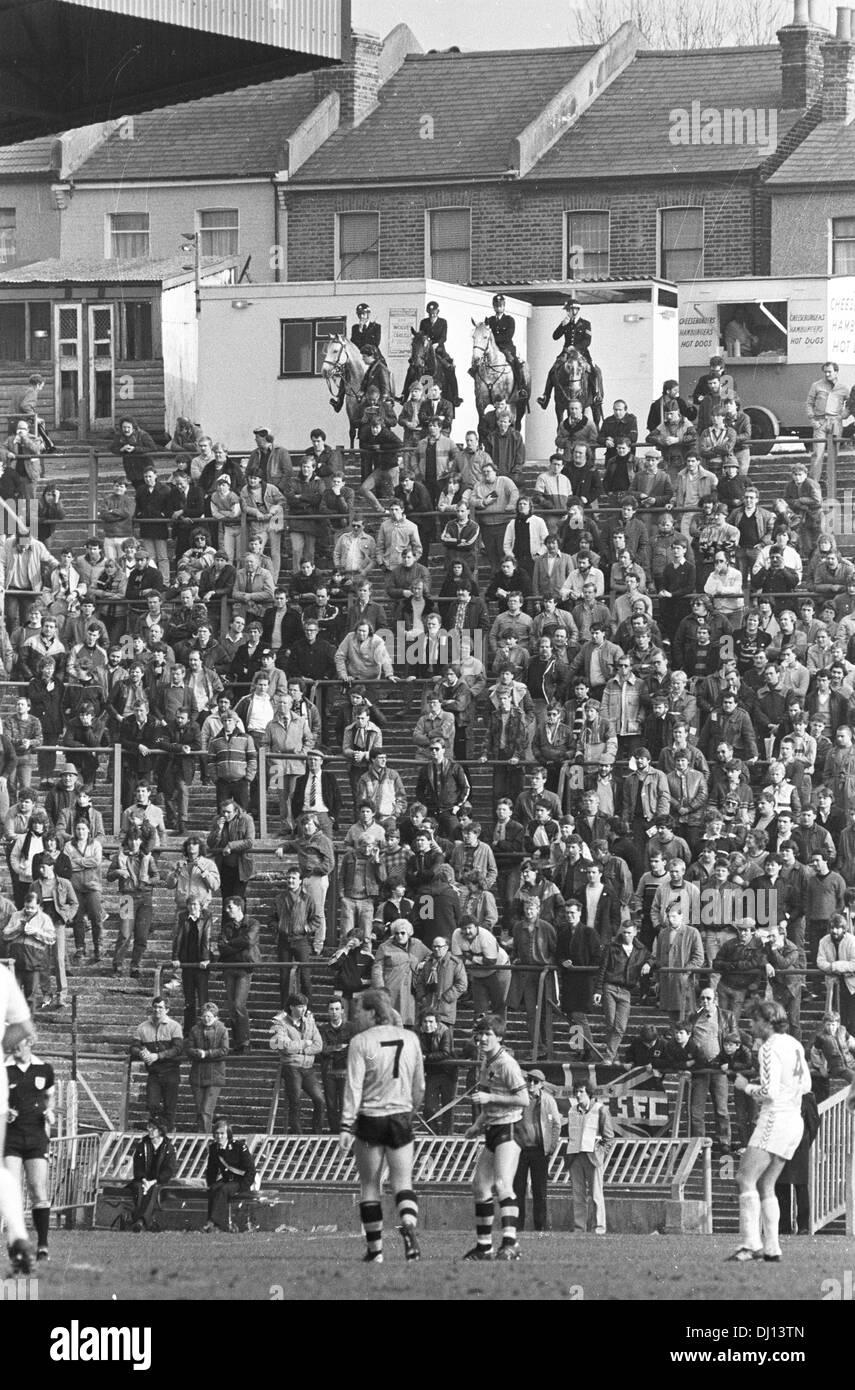 Les supporters de football debout sur terrasses à Selhurst Park 9 Mars 1985 Photo Stock