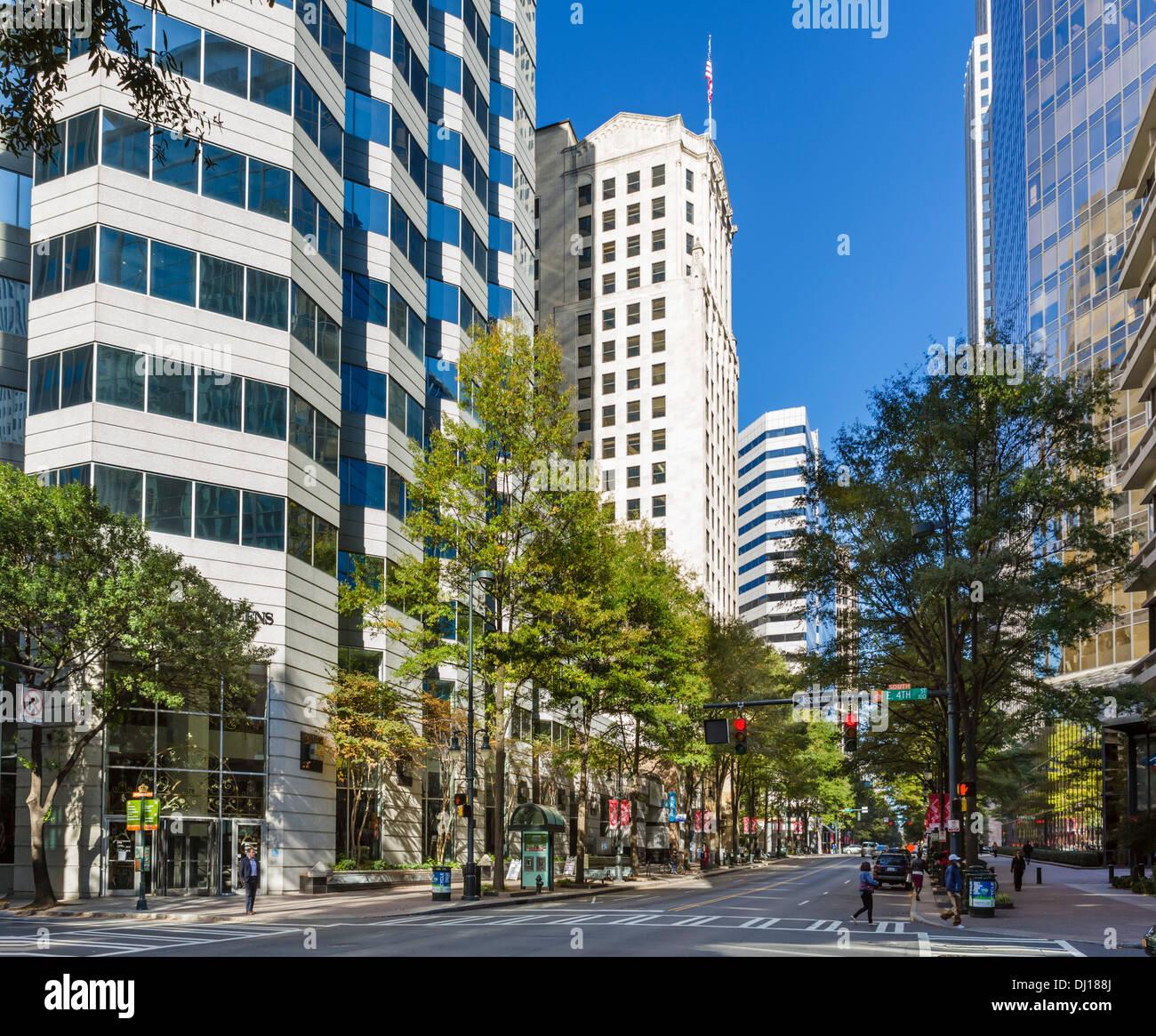 Les immeubles de bureaux de North Tryon Street dans le centre-ville de Charlotte, Caroline du Nord, États-Unis Photo Stock