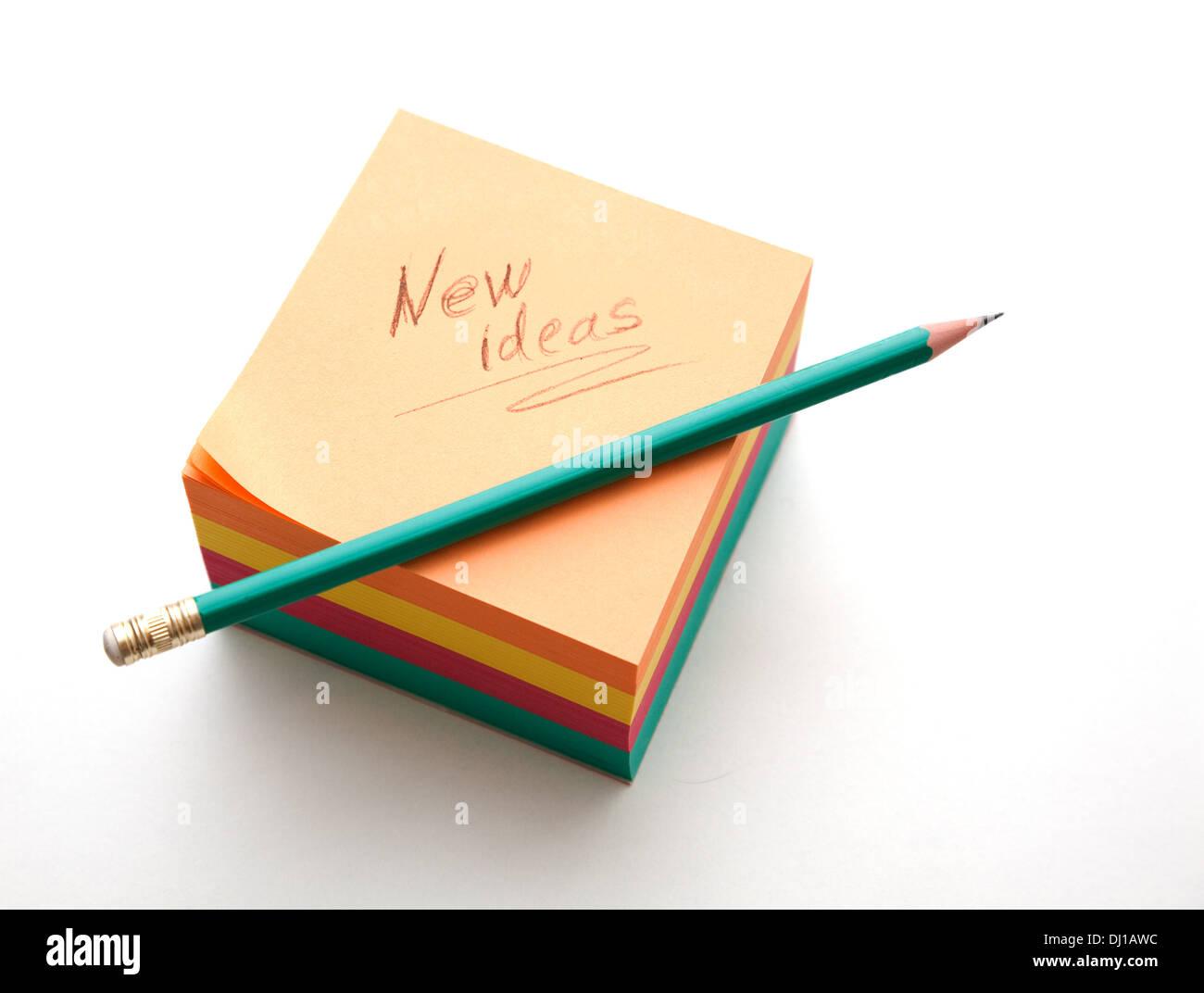 De nouvelles idées et bloc notes crayon affûté prêt à l'emploi Photo Stock