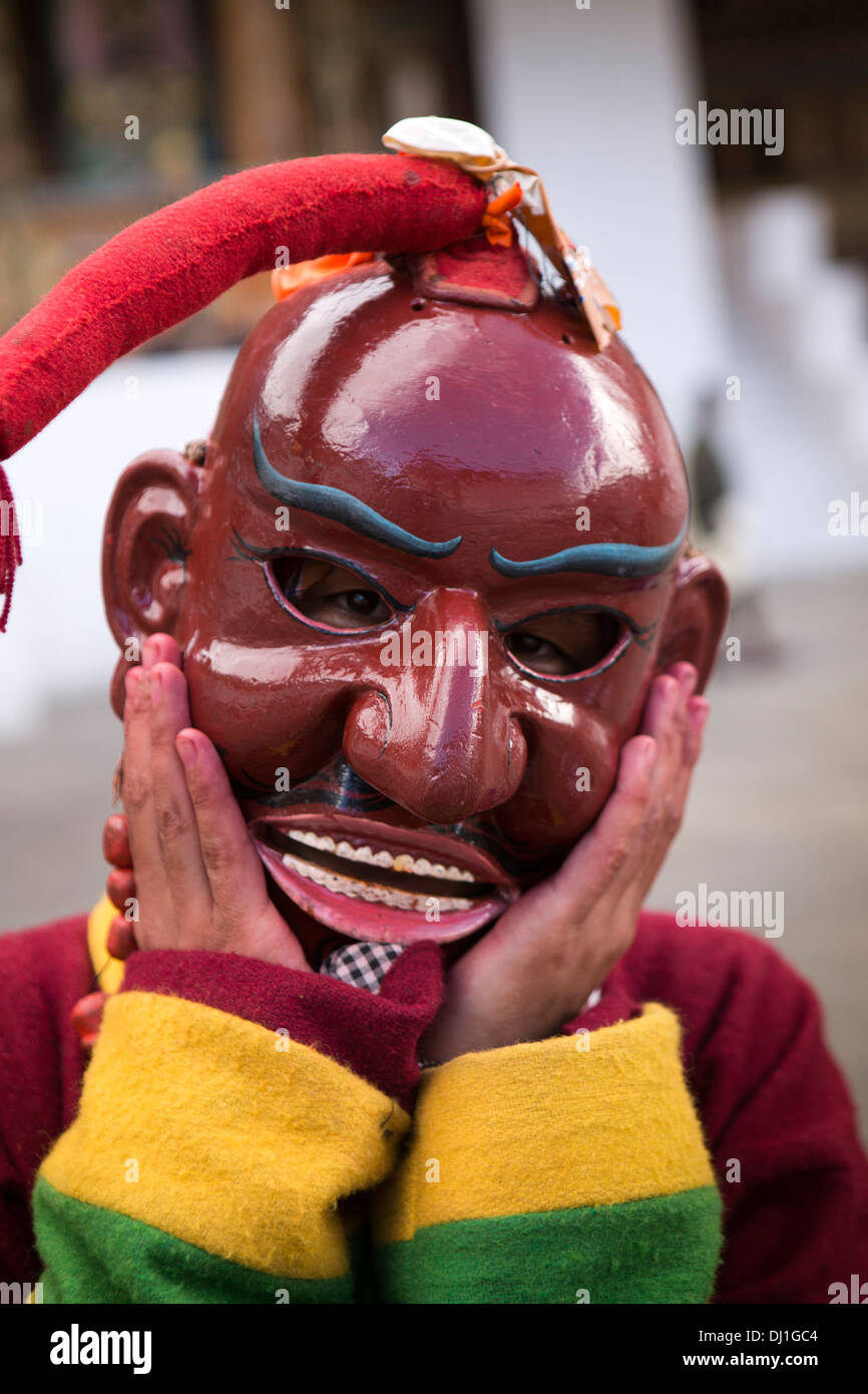 Le Bhoutan, Thimphu Dzong, Tsechu annuel atsara danseur clown avec masque en bois peint holding hands Photo Stock