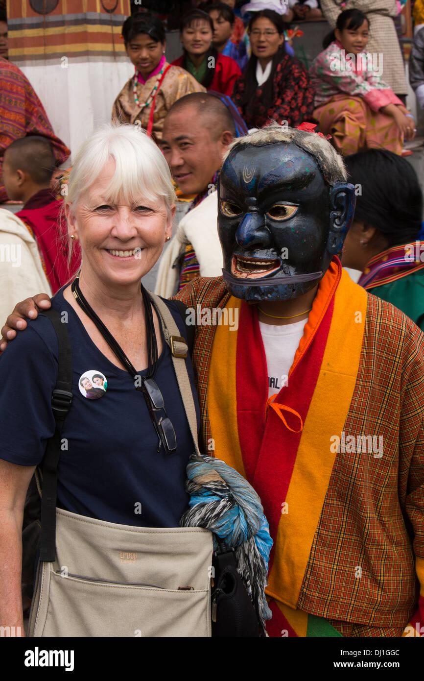 Le Bhoutan, Thimphu Dzong, Tsechu annuel senior femme occidentale touristique avec atsara clown Photo Stock