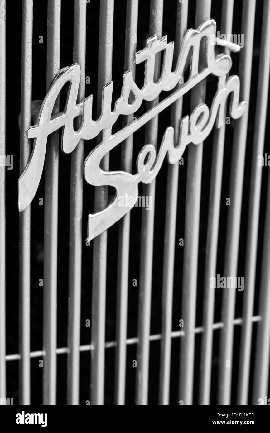 La calandre avant et le logo d'un insigne de l'Austin Seven dans un salon de voitures. Photo Stock