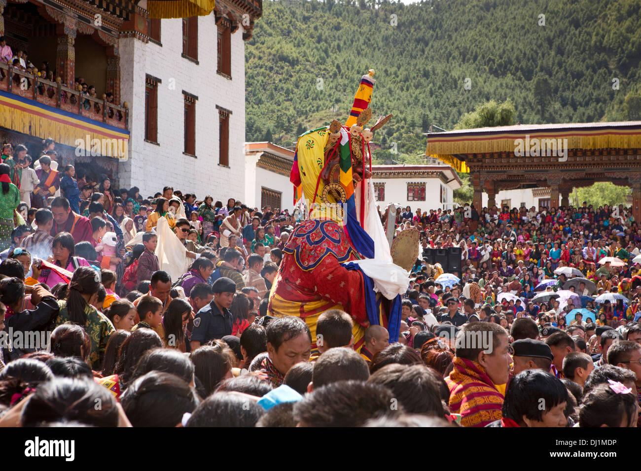 Le Bhoutan, Thimphu Dzong, Tsechu annuel foule à la recherche de bénédiction du Seigneur de la mort Shinje Chhogyel Photo Stock