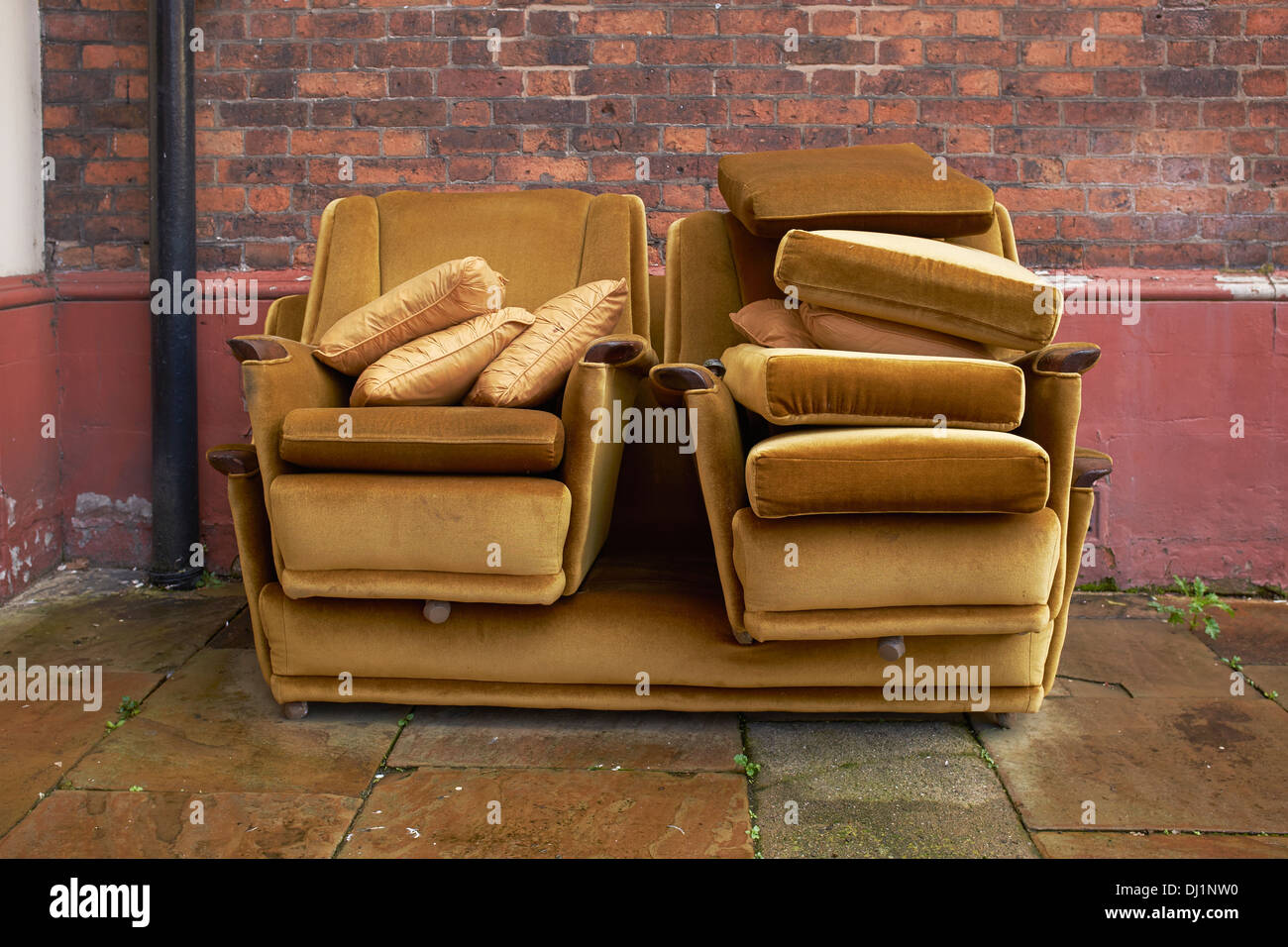 Vieux canapé laissé dehors sous la pluie Photo Stock