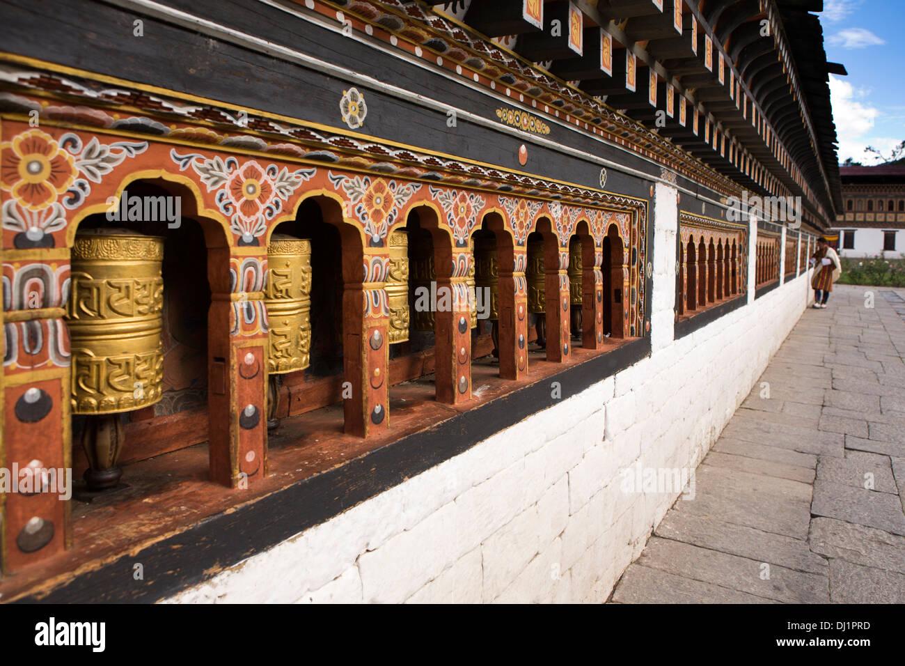 Le Bhoutan, Thimphu Dzong, dévot de tourner les roues de prière autour de salle de prière Photo Stock