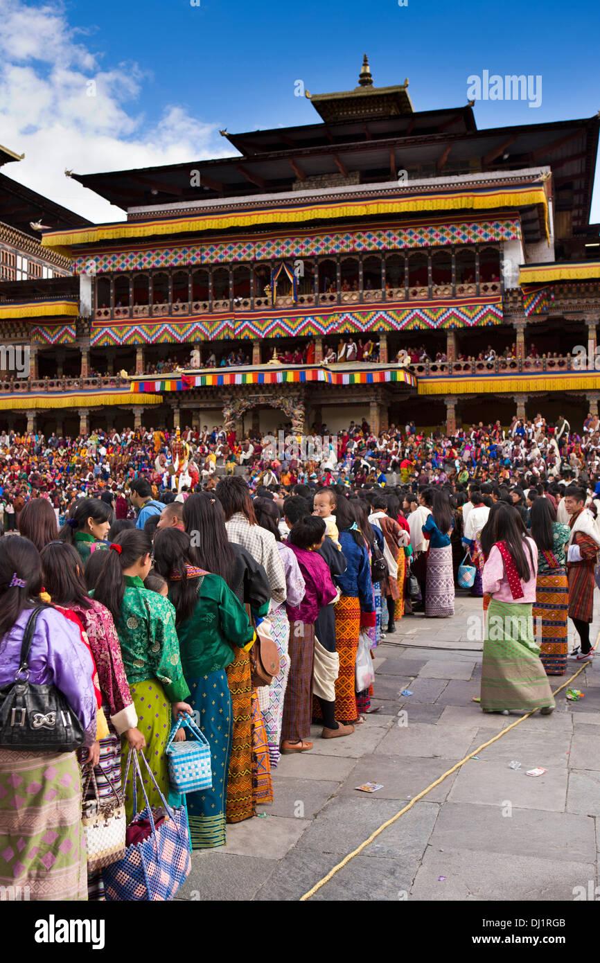 Le Bhoutan, Thimphu Dzong, Tsechu annuel, les fervents d'attente pour la bénédiction de seigneur de la mort Photo Stock