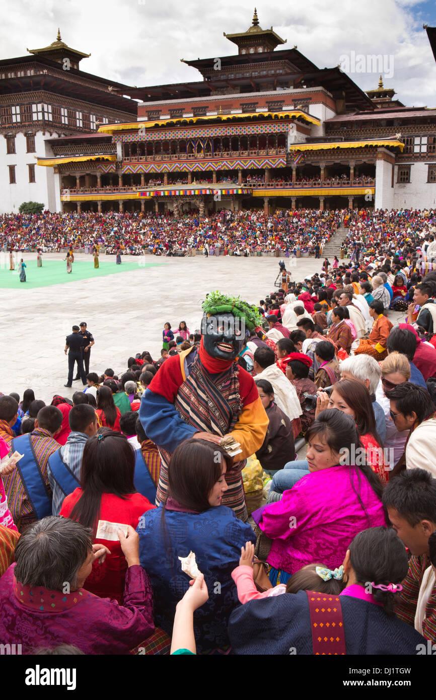 Le Bhoutan, Thimphu Dzong, Tsechu annuel atsara clown la collecte de dons en espèces de audience Photo Stock
