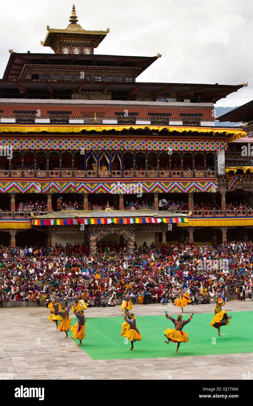 Le Bhoutan, Thimphu Dzong, Tsechu annuel, les danseurs d'effectuer en face du monastère Photo Stock
