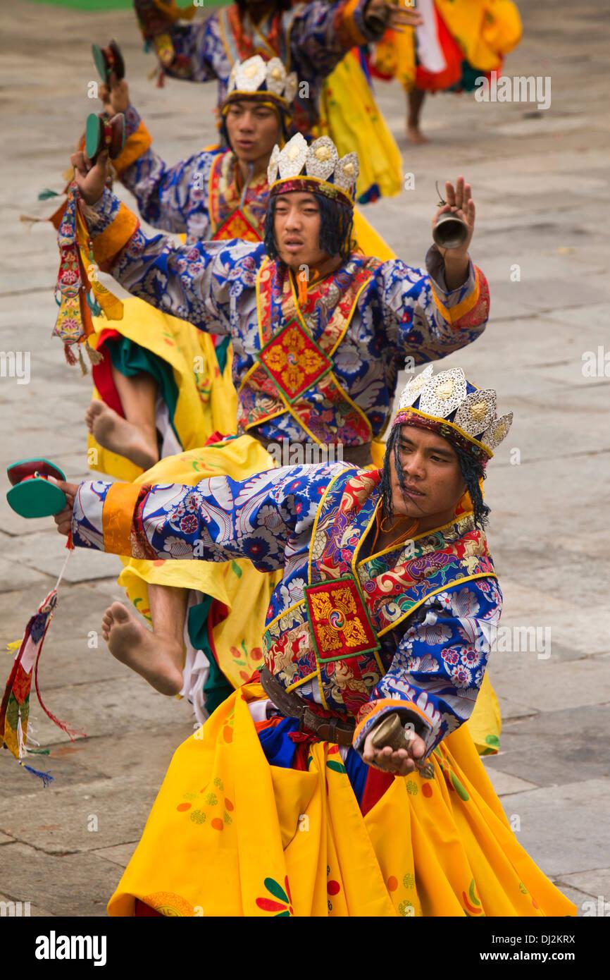 Le Bhoutan, Thimphu Dzong, Tsechu annuel, de la ligne habillée de couleurs vives danseurs festival Photo Stock