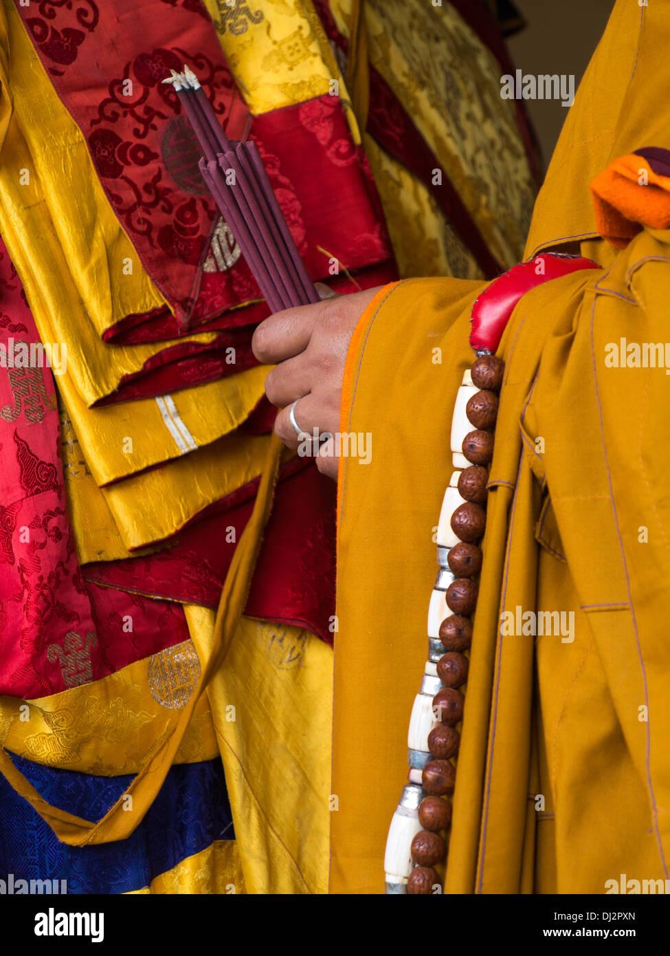 Le Bhoutan, Thimphu Dzong, Tsechu annuel, les mains de monk holding fumeurs d'encens Photo Stock