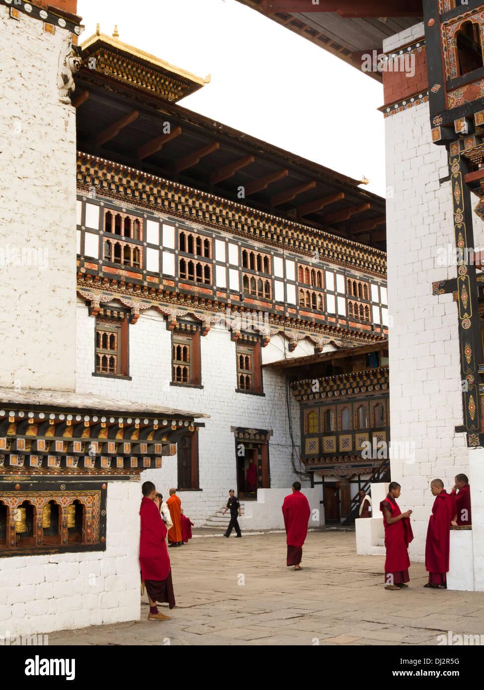 Le Bhoutan, Thimphu Dzong, les moines à l'intérieur de la cour du monastère Photo Stock