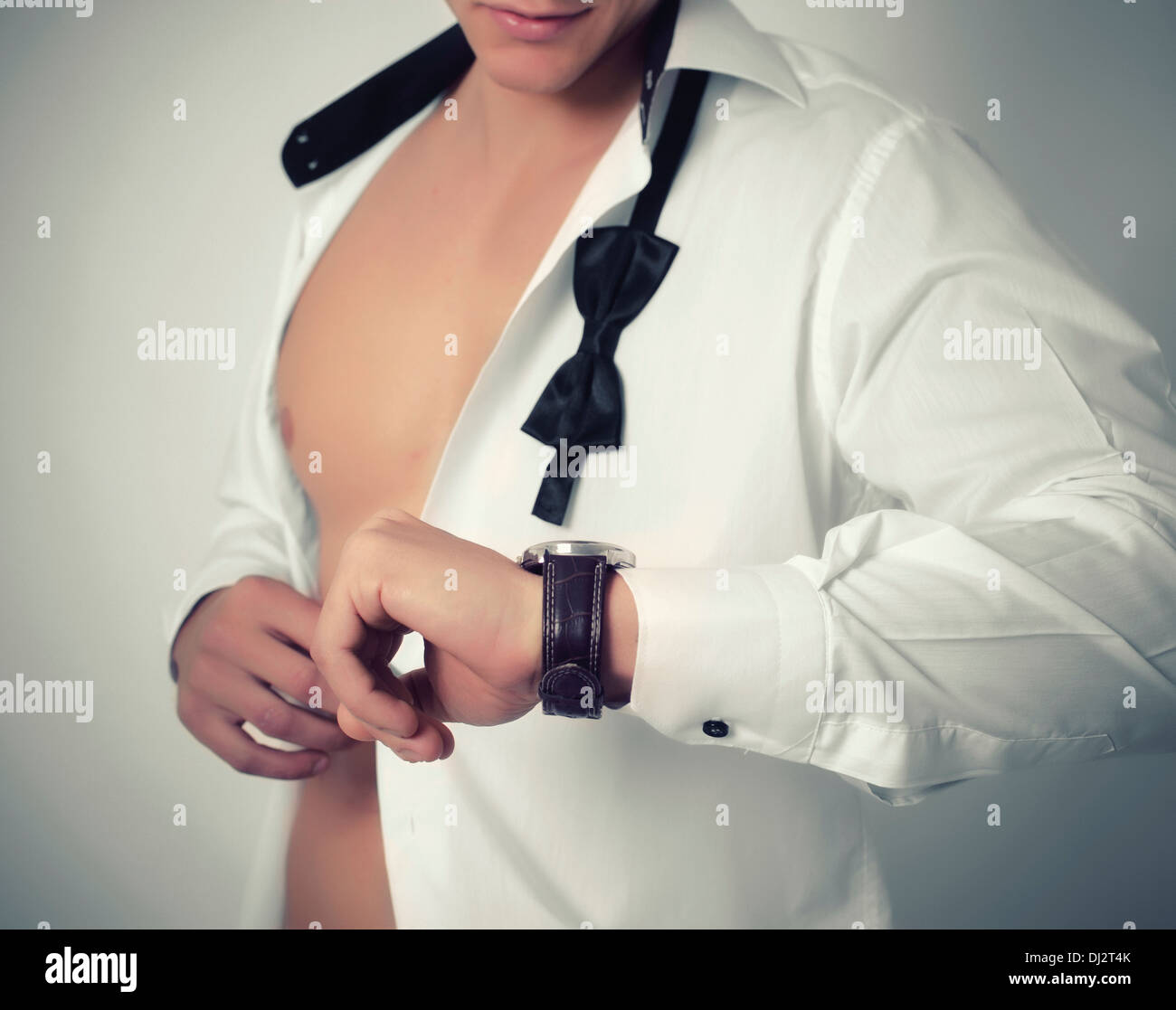Businessman checking l'heure sur sa montre-bracelet Photo Stock