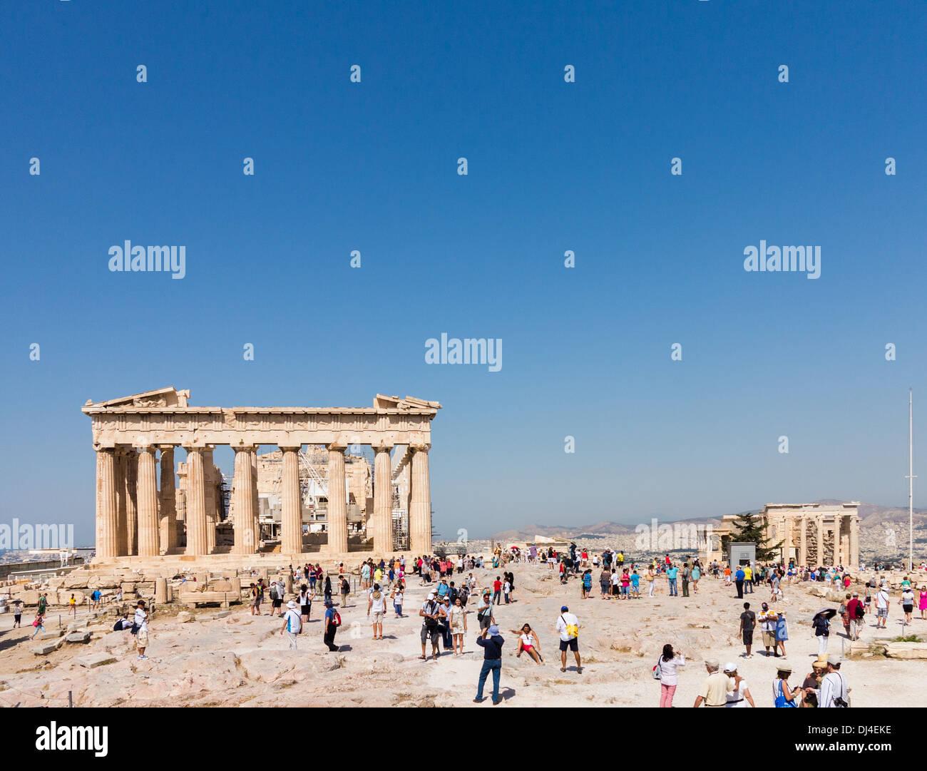Acropole, Athènes, Grèce - avec des foules de touristes se rendant sur le site de l'ancienne Grèce Parthénon et l'Erechtheion Photo Stock