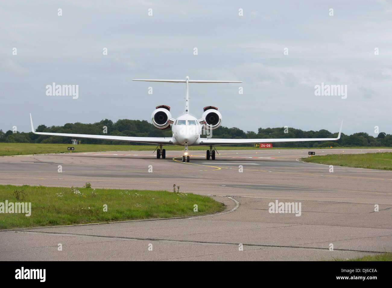 Gulfstream GV-SP (G550) sur la voie de circulation au sol Photo Stock