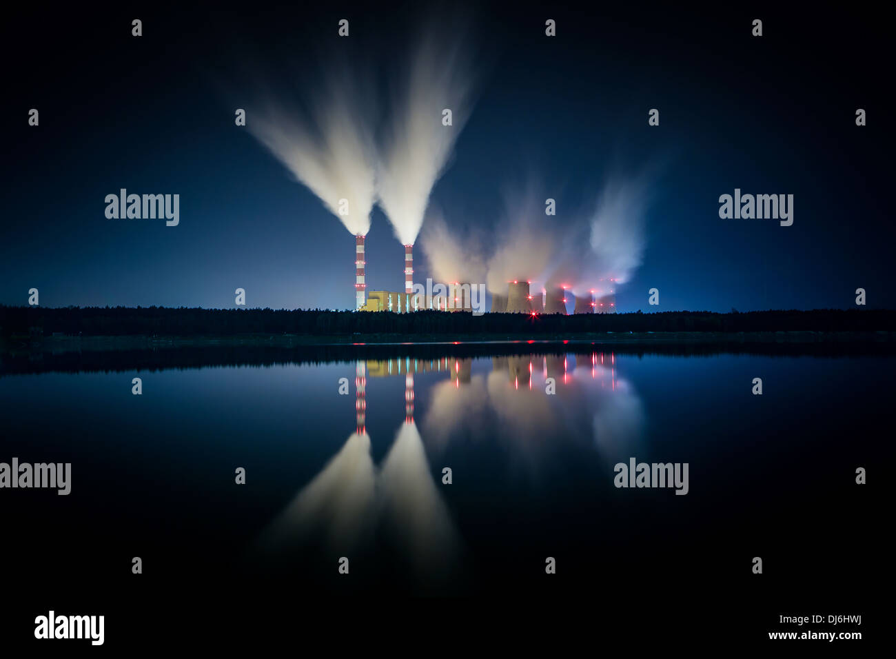 Coal power station et nuit - Belchatow en Pologne. Photo Stock