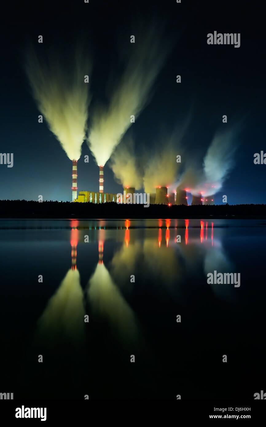 Coal power station et nuit - Belchatow en Pologne. Banque D'Images