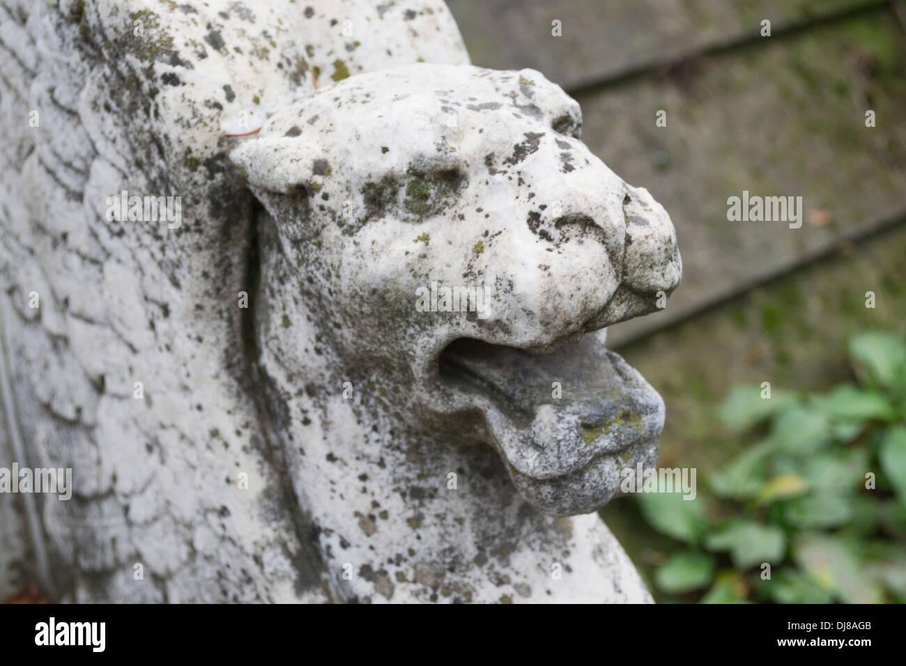 Banc en pierre avec lion ailé maçonnique et d'autre dans le cimetière orthodoxe Bellu, Bucarest, Roumanie Photo Stock