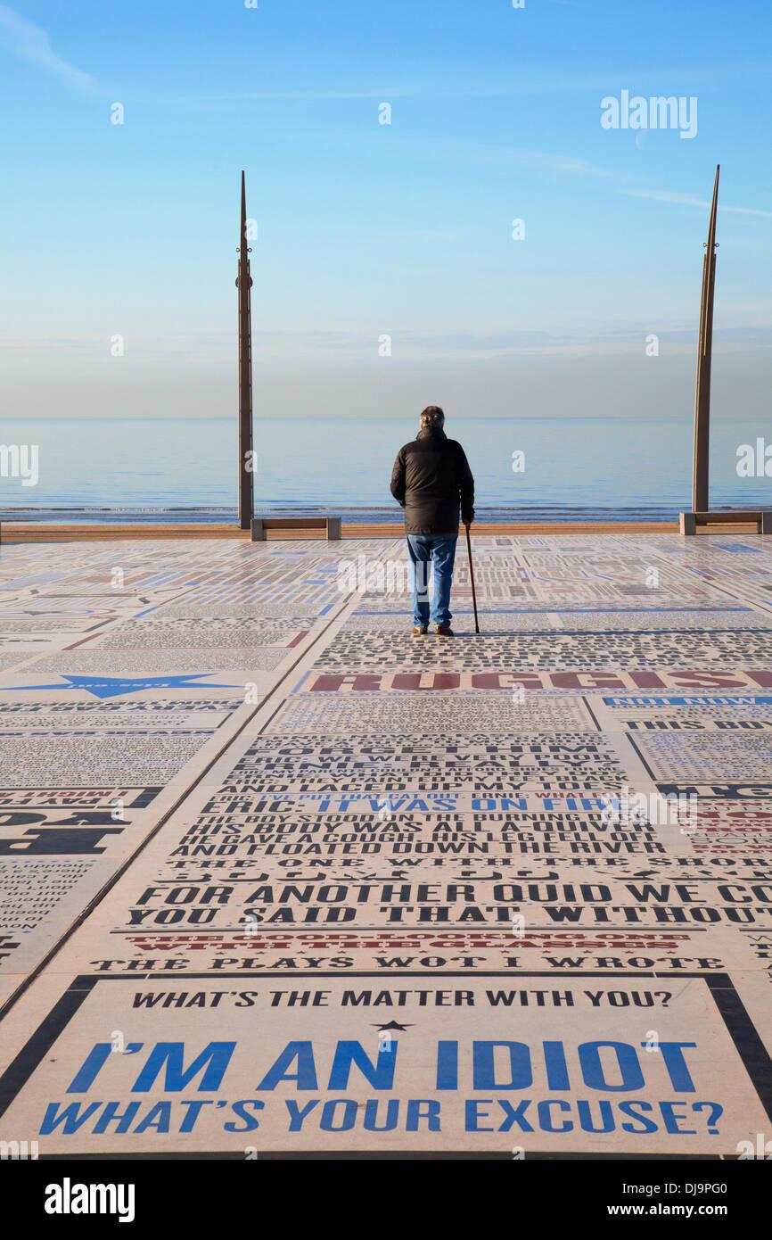 """Blackpool, Lancashire, UK 25 Novembre, 2013. Station météo Royaume-uni Blackpool. Journée ensoleillée à froid en fin de saison où les touristes et les visiteurs de la tour de Blackpool pointe sont enchantés avec les paroles et l'alphabet d'une partie de la comédie plus grands. La comédie est un tapis 1880sq m collage d'ébauches et de slogans célébrant stars depuis l'âge d'or du music hall à la 21e siècle. Le granit et le béton coulé est un travail typographique """"pavement"""" couvrant un espace de 1 880 mètres carrés. © Mar Photographics/Alamy vivre Photo Stock"""
