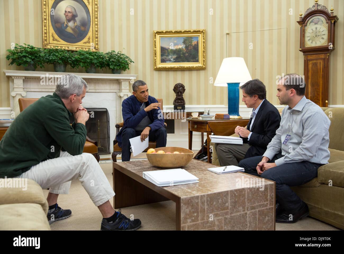 Le président barack obama se réunit dans le bureau ovale avec le