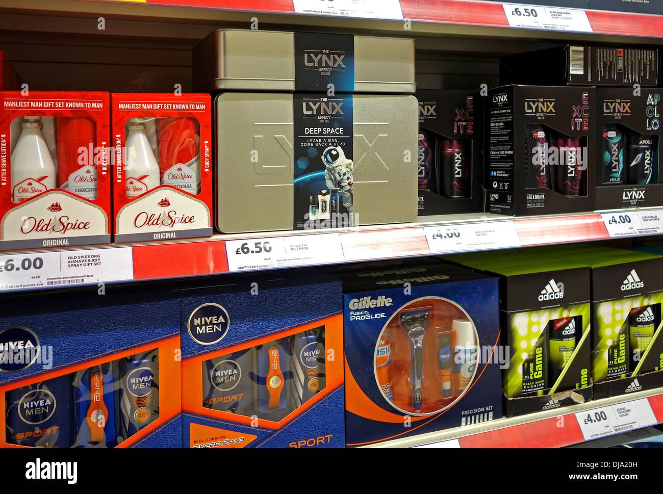 Packs cadeau de Noël pour les hommes dans un magasin Tesco Photo Stock