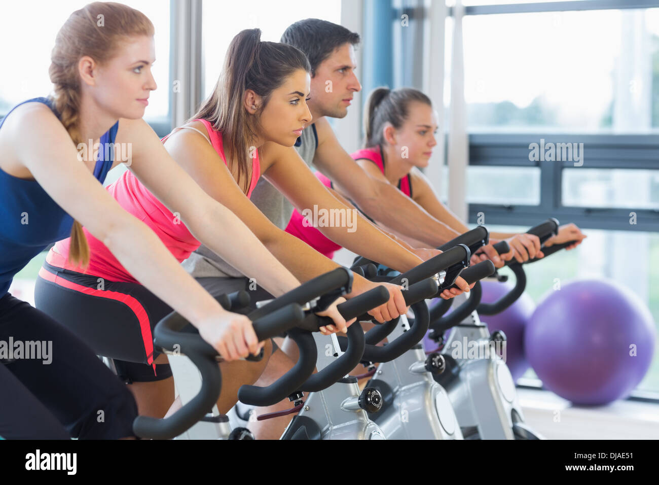 Quatre personnes working out at spinning class Photo Stock