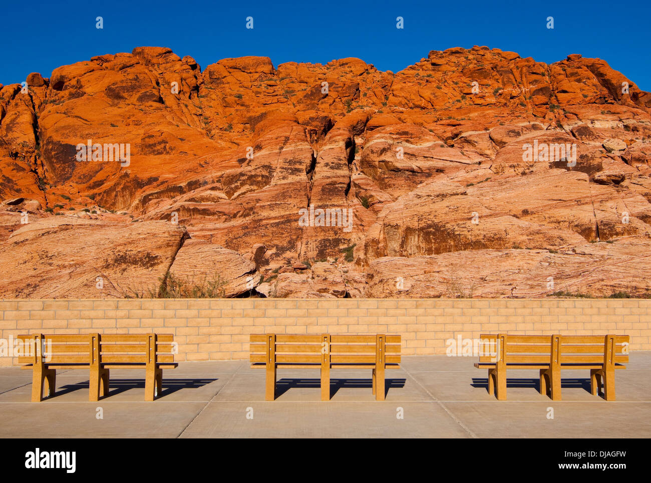 Des bancs de parc face à Red Rock Canyon, Nevada, United States Photo Stock