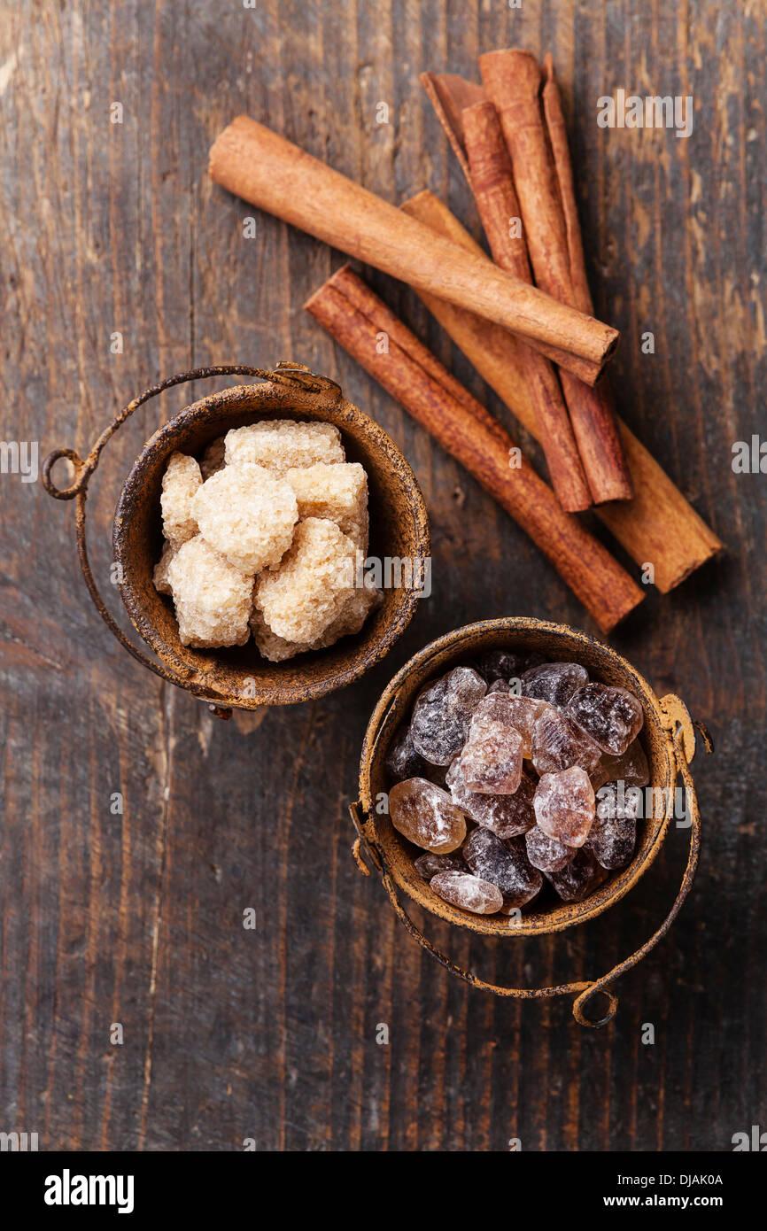 Les bâtons de cannelle et de sucre brun sur fond de bois Photo Stock